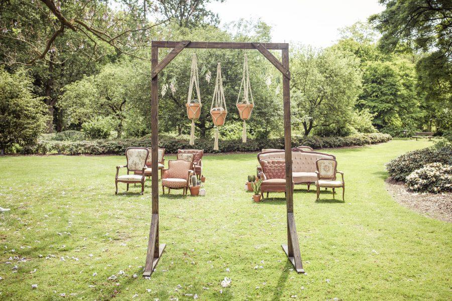 trouwceremonie vintage stoelen
