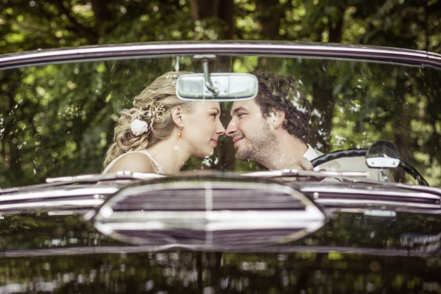 bruidspaar fotoshoot oldtimer