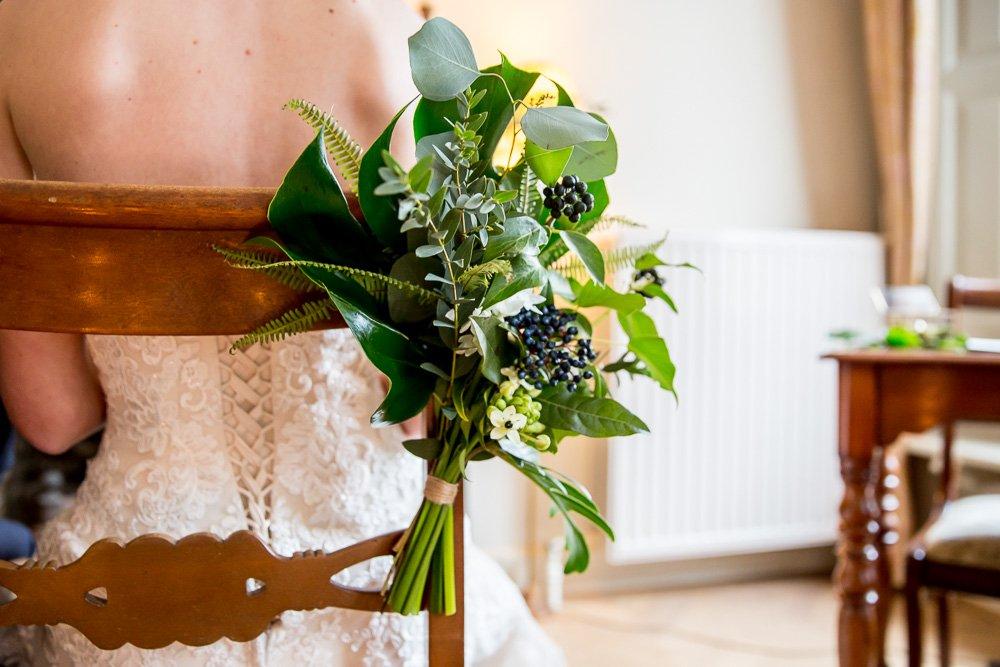 bloemdecoratie stoel bruiloft