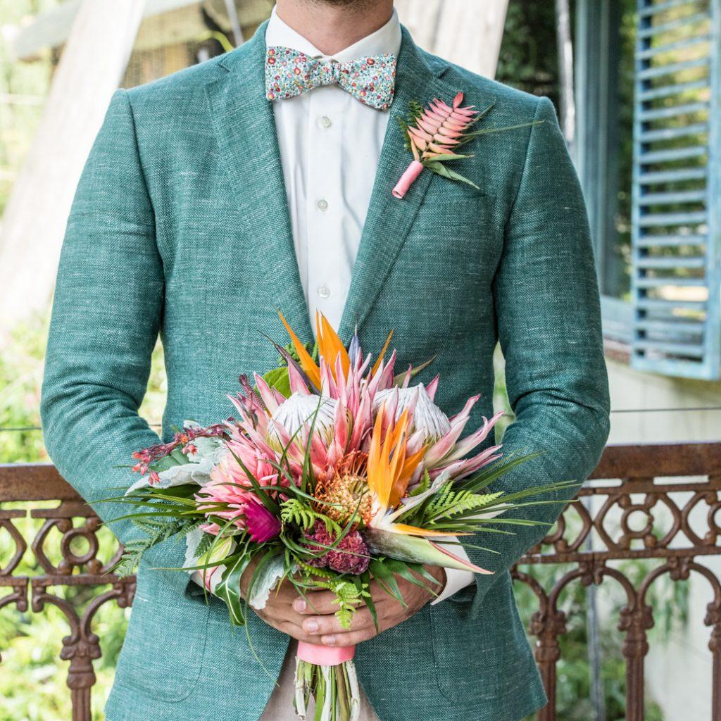 groen trouwpak bruidsboeket
