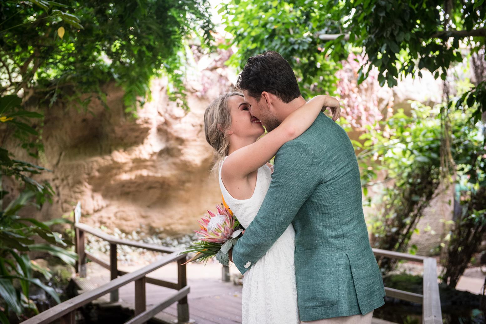 groen trouwpak korte bruidsjurk