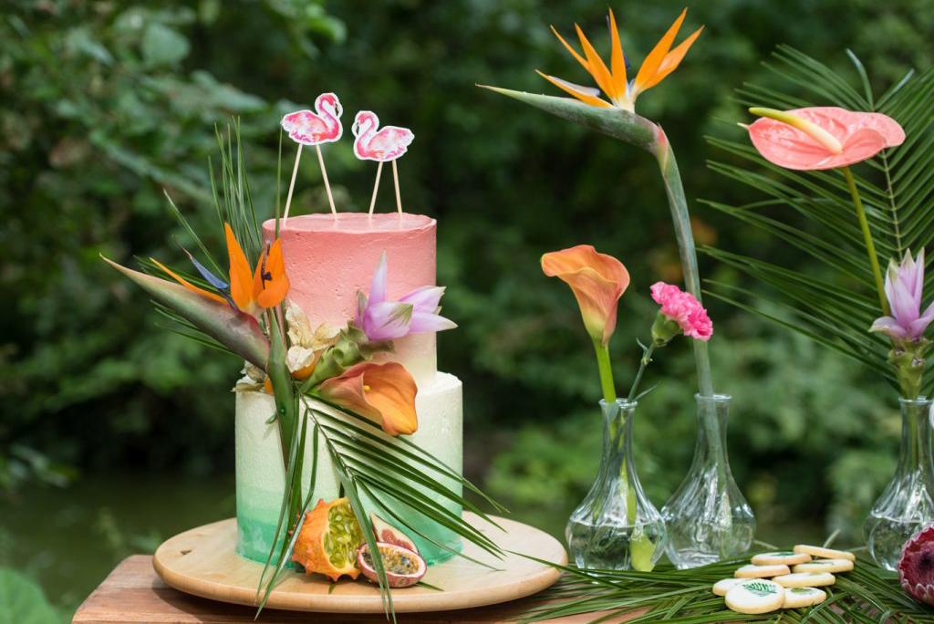 bruidstaart met tropische bloemen