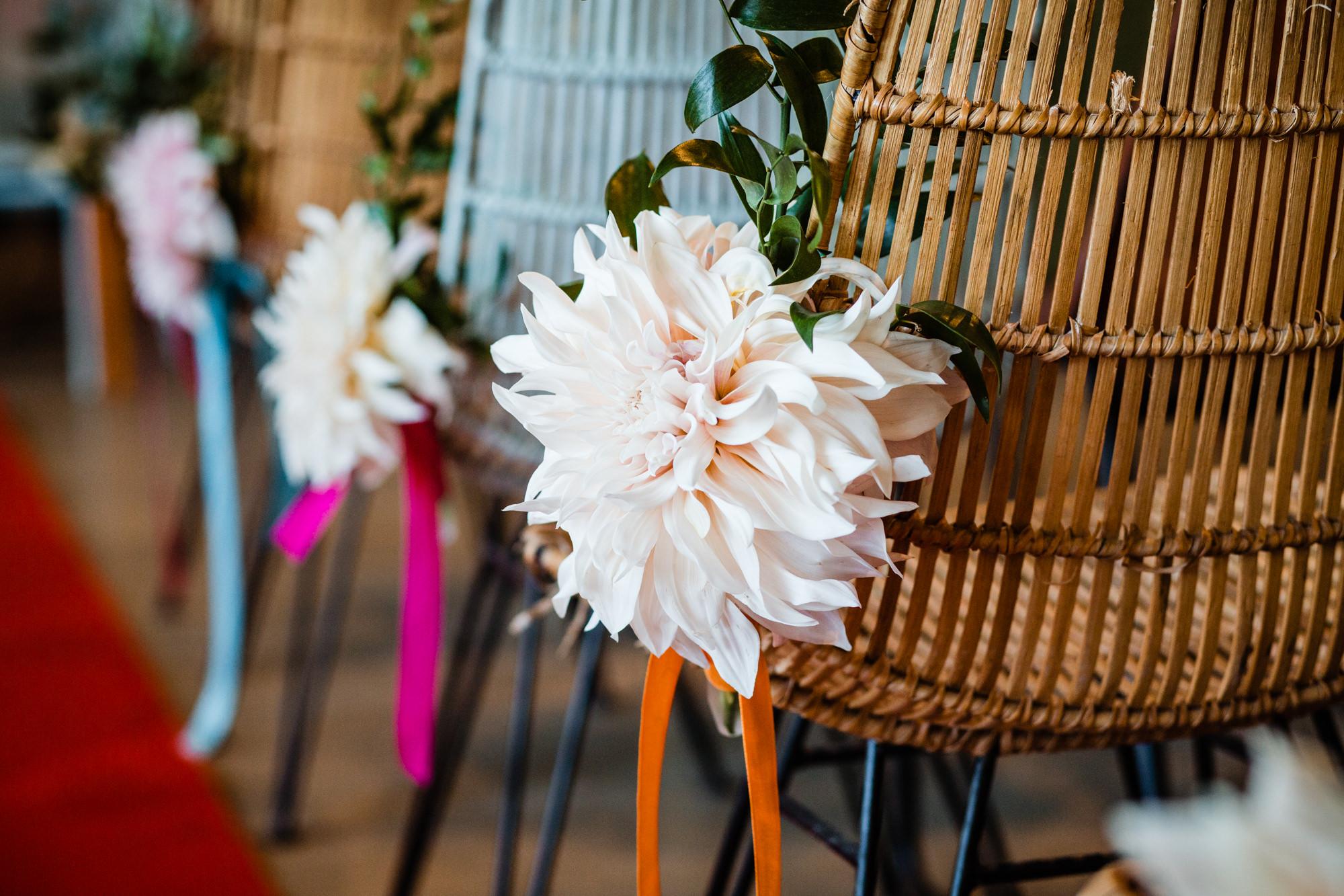 ceremoniestyling bloemen stoel