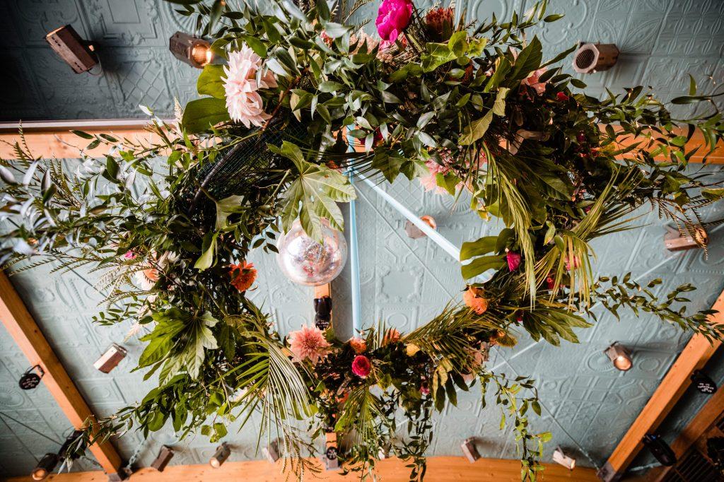 flower chandelier bruiloft