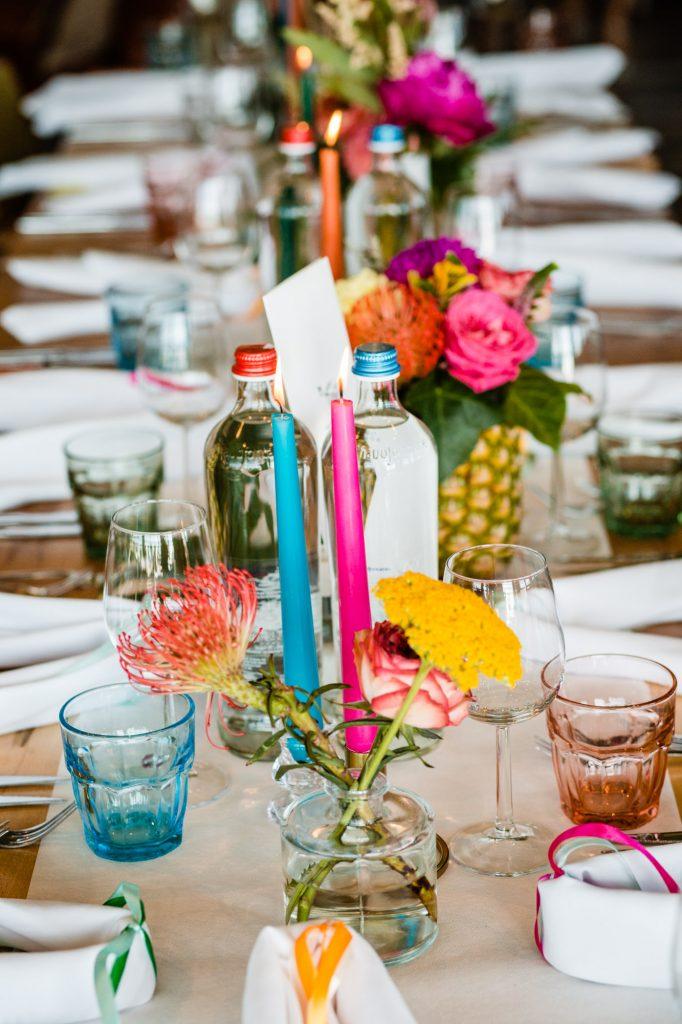 kleurige tafelstyling bruiloft